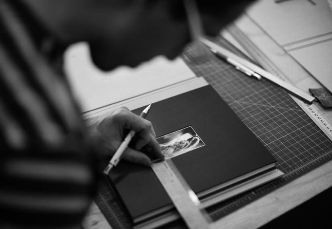 Pablo Peinado na criação de uma de suas peças, álbum personalizado de casamento (crédito da foto: site O velho livreiro)