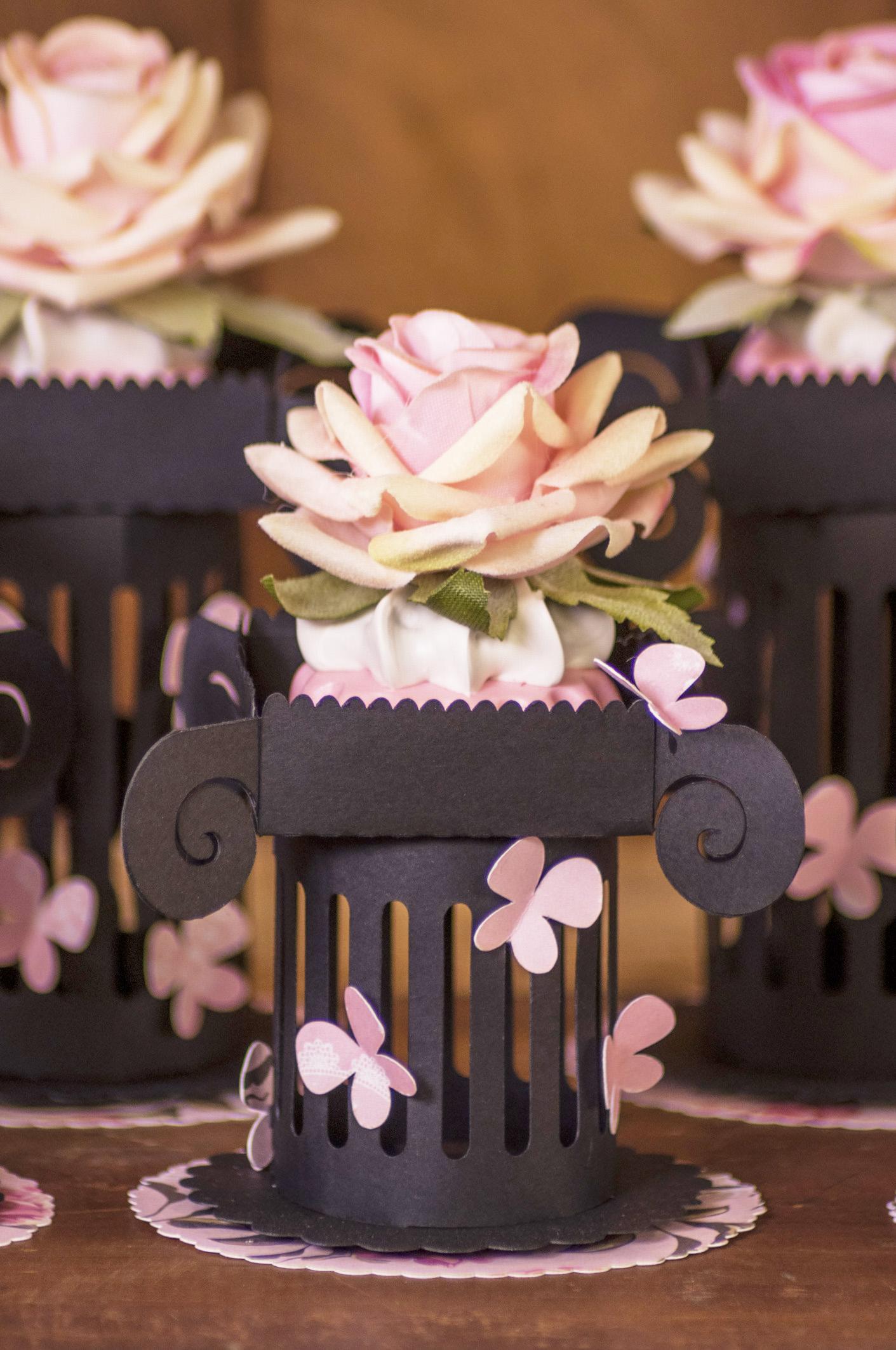 Feita na Silhouette, esse enfeite é usado nas mesas de decoração de chá de lingerie