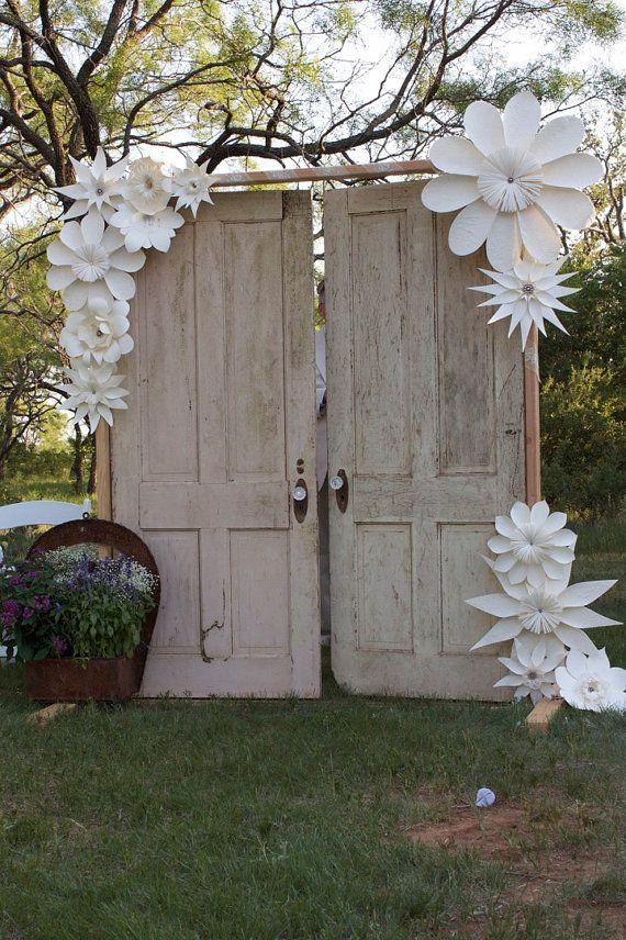 Outra forma de utilizar as flores gigantes de papel na decoração (crédito da foto: etsy)