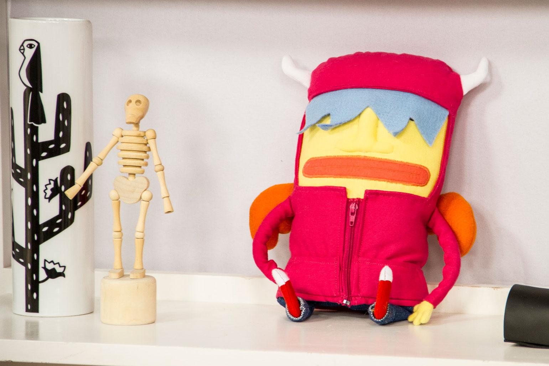 O Chimo, esse boneco de pano, tem chifres e asas, para mostrar que todos temos um lado bom e um lado ruim