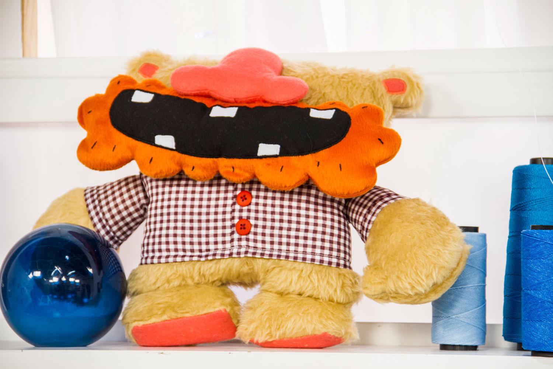 Esse é o Bomburso, ele é bombado e é um urso. A criação desse boneco de pano é do Tio.Faso
