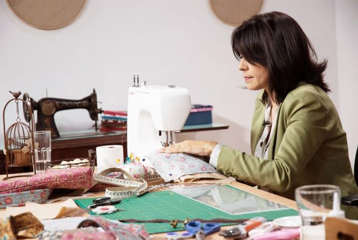 Simone explica como faz suas peças utilitárias no curso bolsas e utilitários em tecido