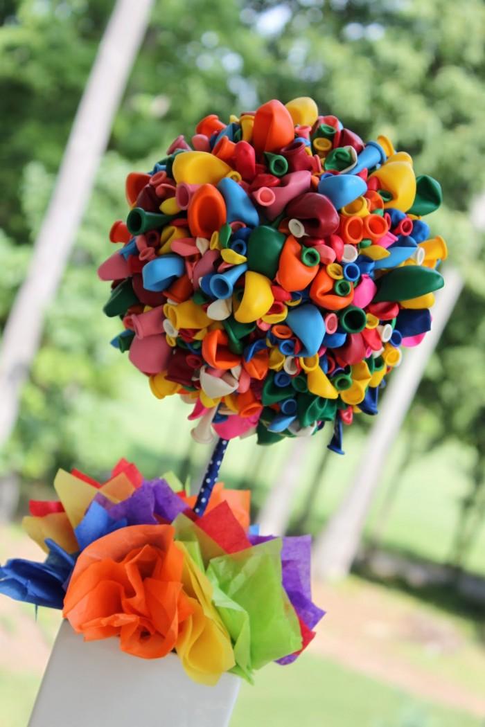 Essa flor de balão é muito fofa e chama a atenção nas mesas de festa (crédito da foto: so cute parties)