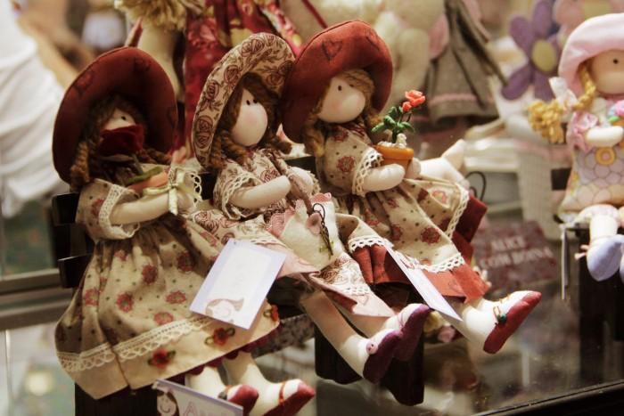 Bonecas à venda na feira Mega artesanal (crédito da foto: Karina Díaz)