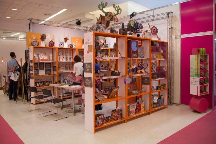 Printas, especializados em produtos customizados, vendem online e divulgam seus produtos em feiras de artesanato e design.
