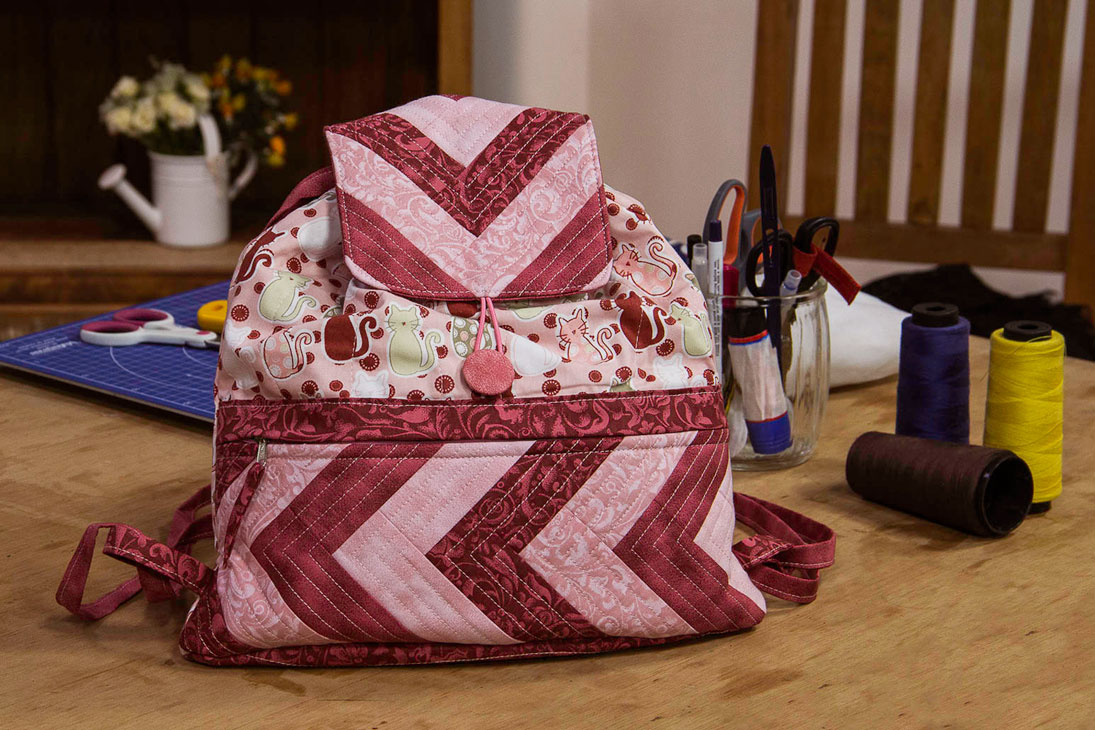 Combinação de tecidos e estampas embelza ainda mais uma bolsa em tecido