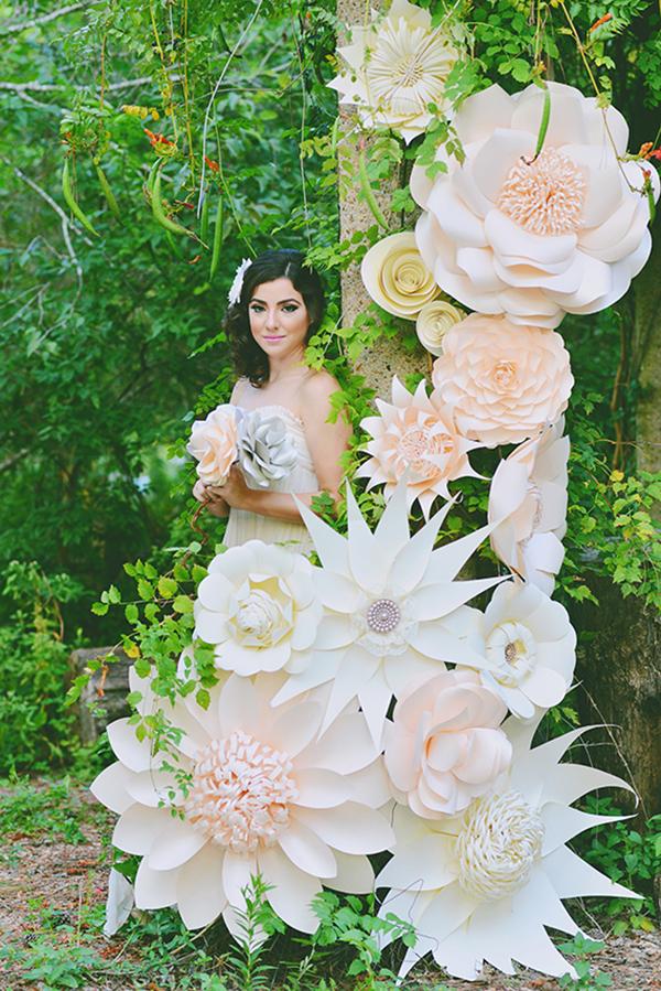 Decoração de papel para casamento: flores gigantes estão em alta (crédito da foto: Elisheva Golani, do site 100 Layer Cake)