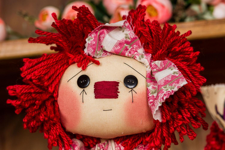 Detalhe do rosto de uma boneca country de Millyta: marca registrada
