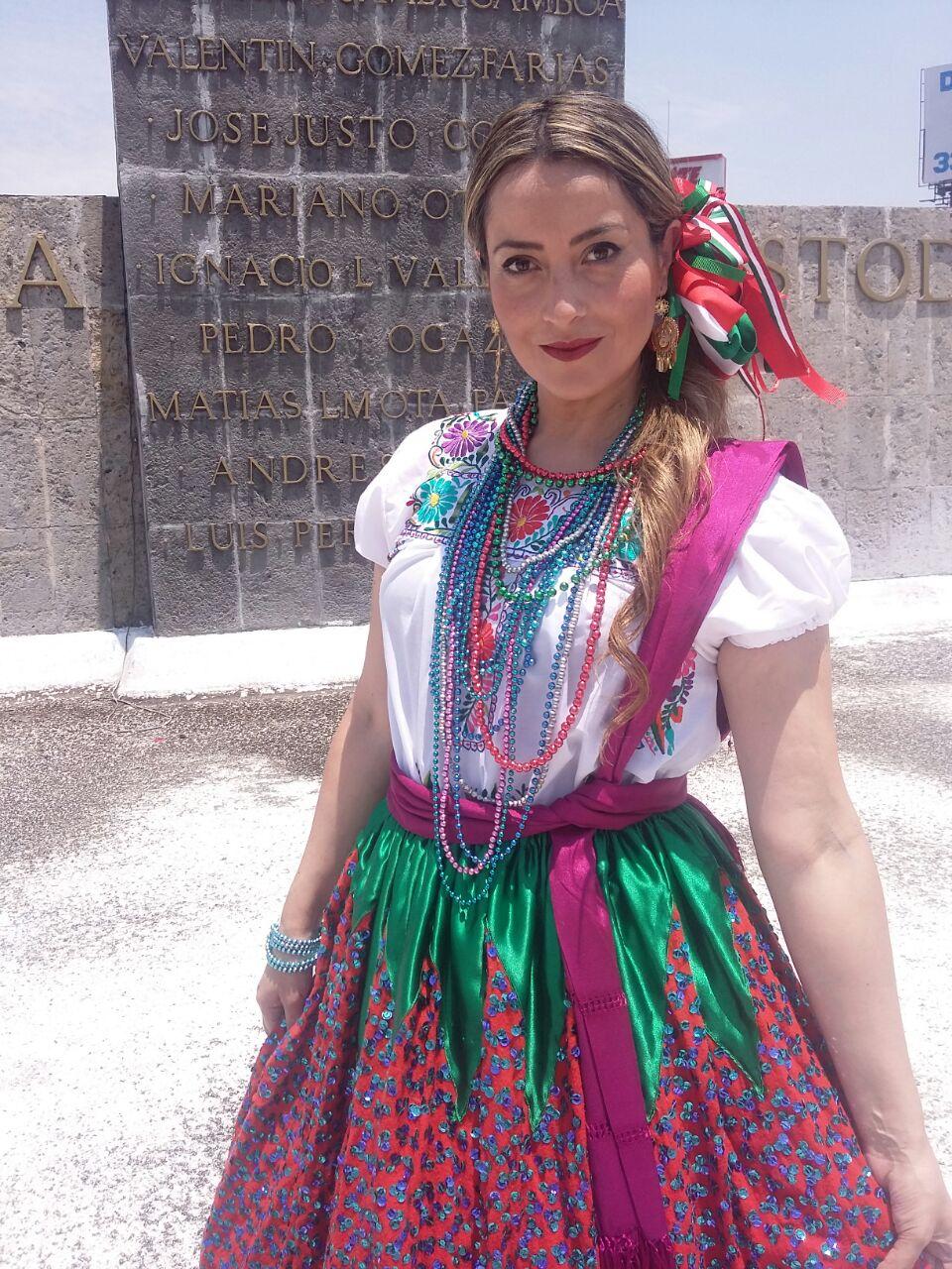 Millyta vestida com roupas típicas em Guadalajara, no México