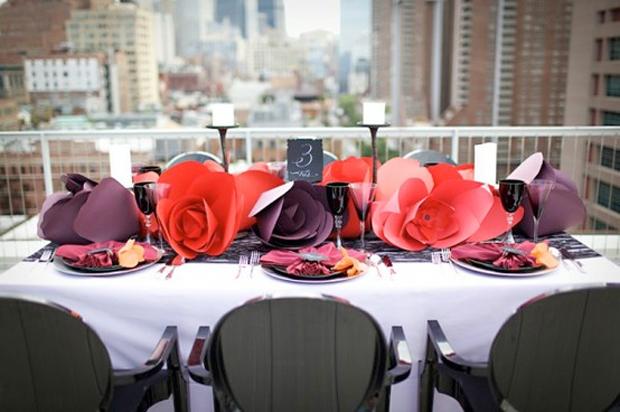 As flores gigantes de papel também podem ser usadas como centro de mesa (crédito da foto: events to celebrate)