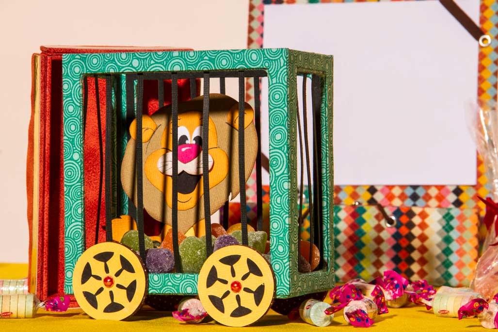 Peça com tema circo feita em scrap e cartonagem, a perfeita mistura de técnicas