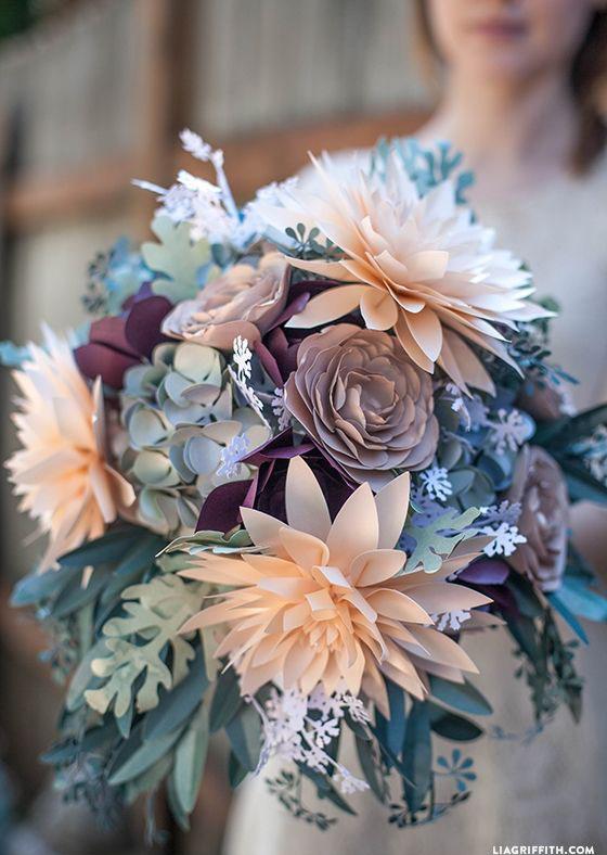 O degradê de cores e a mistura de flores em papel faz desse buquê encantador! (crédito da foto: Lia Griffith)