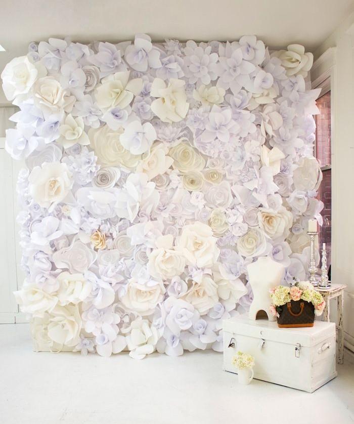 Parede toda forrada com flores em papel. A textura traz sensação de conforto e ainda garante um cenário maravilhoso para as fotos dos noivos e convidados (crédito da foto: mavenbride)