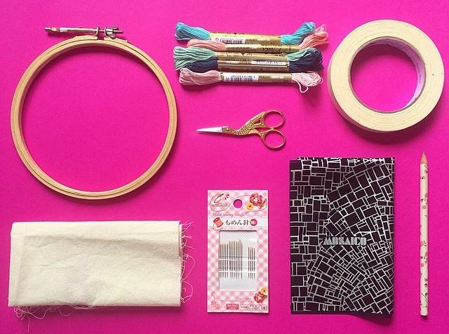 Materiais necessários para começar a bordar! Bastidor, corte de tecido de algodão cru, agulhas número 7, tesoura, linhas de meada, fita crepe, carbono e lápis