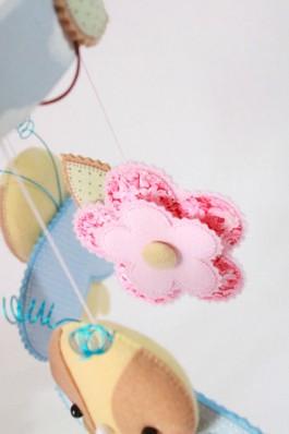 detalhe da flor do móbile de berço em feltro