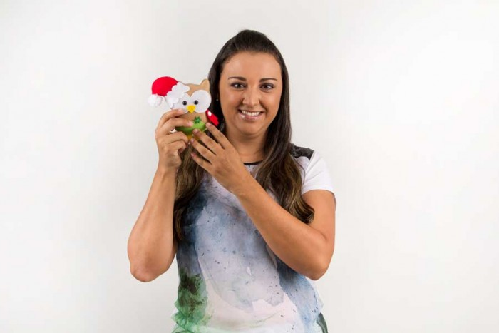 Ana Cristina com a corujinha de enfeite de natal que criou para o blog Artesanato e Ponto