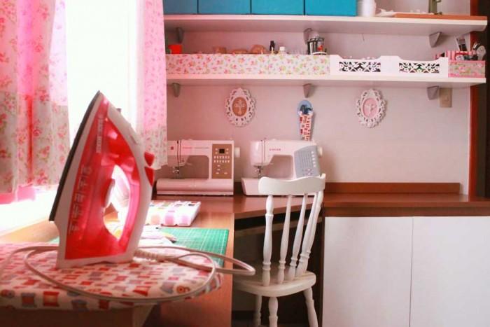 Mesa de trabalho no ateliê da Fernanda Lacerda (crédito da foto: Fernanda Lacerda)