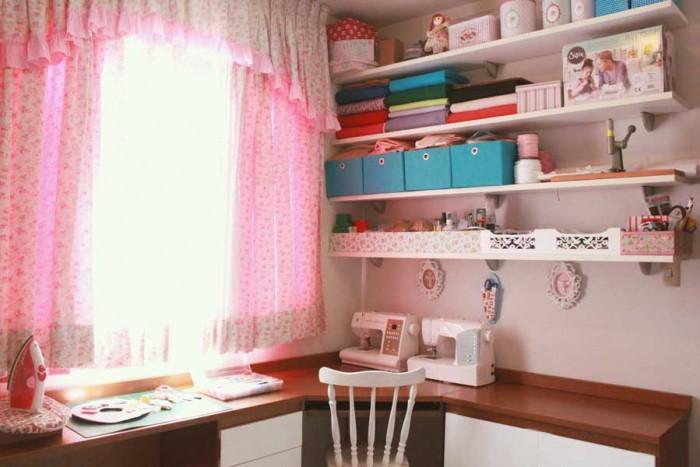 Mesa de trabalho com as estantes organizadoras do ateliê da Fernanda Lacerda (crédito da foto: Fernanda Lacerda)