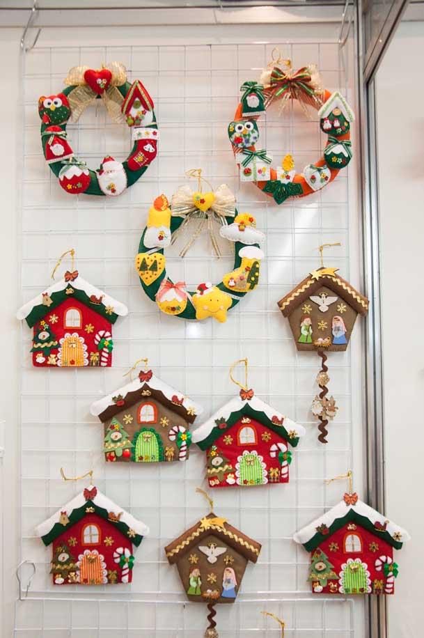 Decorações de natal sendo expostas nas feiras de novembro. Planejamento é tudo no artesanato