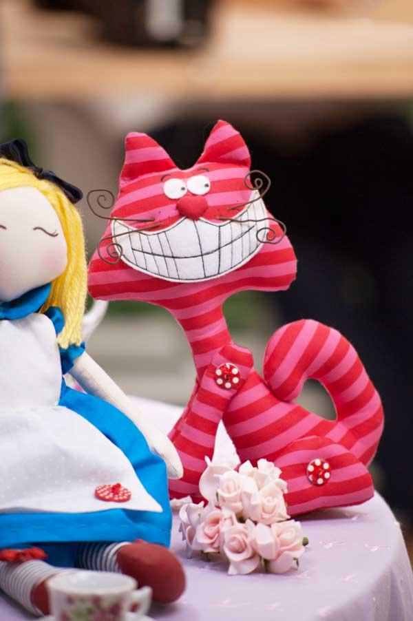 O Gato que Ri, rebatizado de gato risonho pela expert Katia Callaça, ao lado de sua boneca Alice: molde grátis para baixar