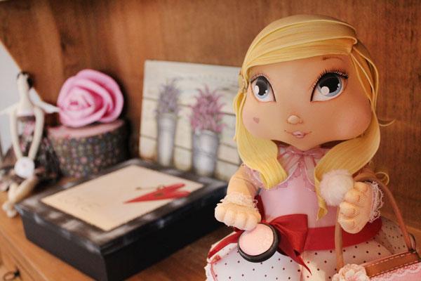 Boneca em E.V.A. da Amanda Pin junto com enfeites do ateliê (créditos das fotos: Amanda Pin)