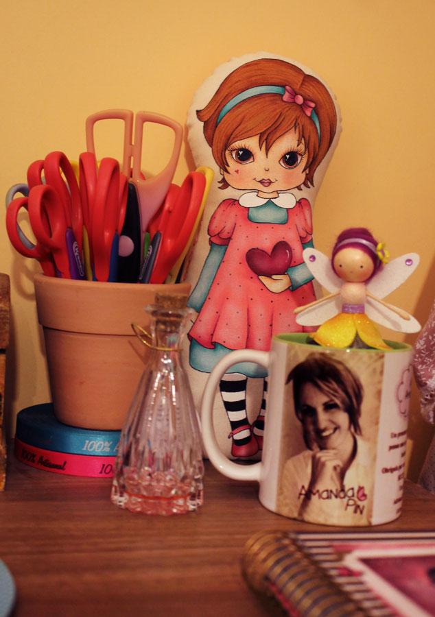 Ferramentas de trabalho da artesã Amanda Pin, junto com sua boneca Pin (créditos das fotos: Amanda Pin)
