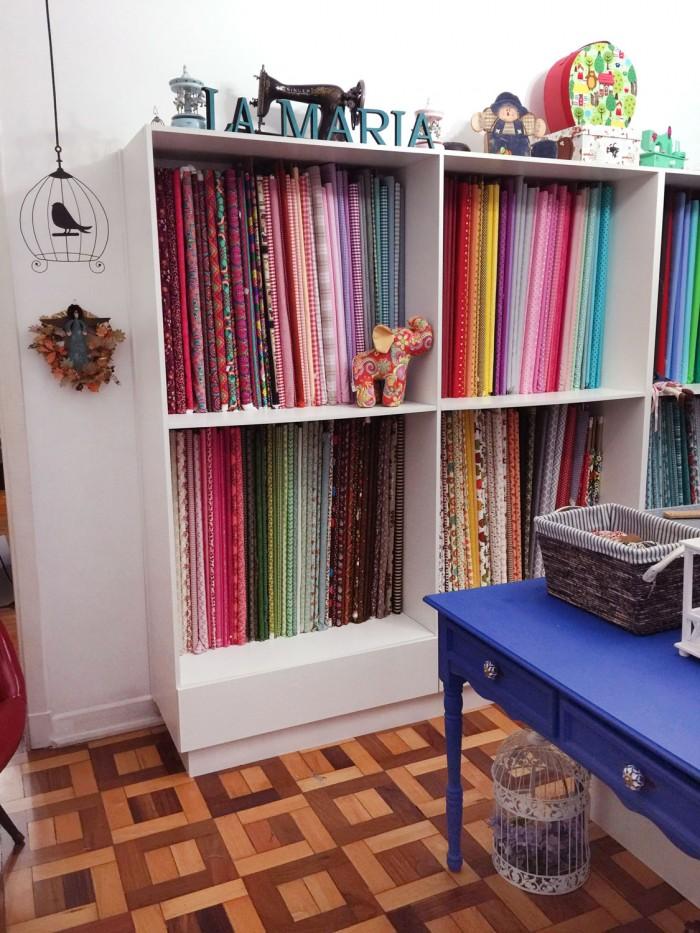 A coleção de tecidos da Carol é de dar inveja! (crédito da foto: Carol Viana)