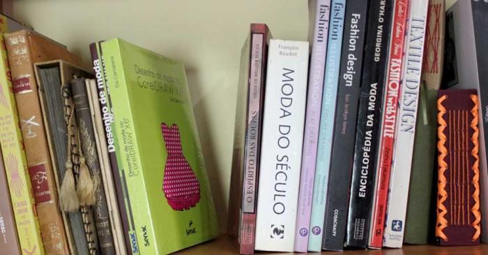 Livros de arte e design para inspiração no ateliê da Elá Camarena (crédito da foto: Elá Camarena)