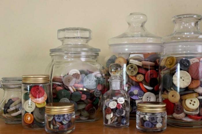 vidros antigos com coleção de botões vintage da Elá Camarena