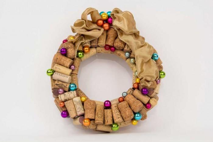 Guirlanda feita com rolhas de vinho e bolas de natal pela Lu Gastal