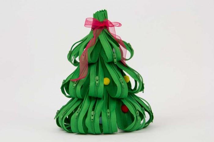 Árvore de natal feita com zipers e pom-pons pela Lu Gastal