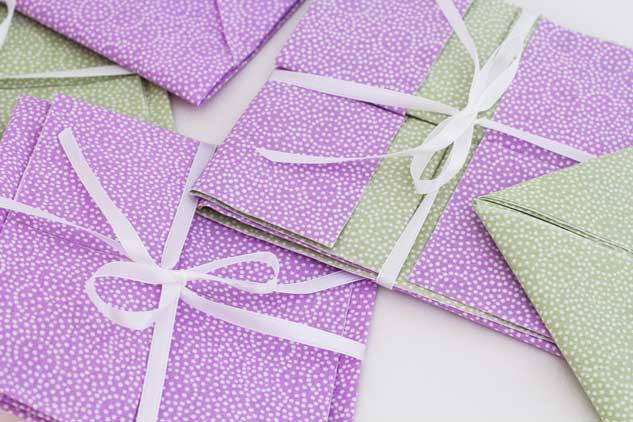 Convites de casamento desenvolvidos por Thaís, feitos de origami em tecido