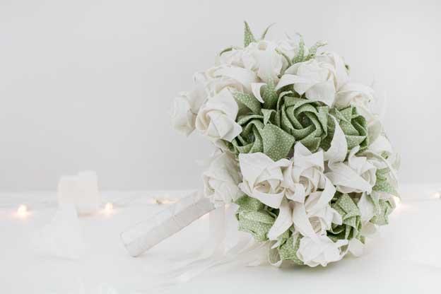Olha que diferente esse buquê de noiva todo feito com flores de origami em tecido! Incrível. Faça e você vai se destacar no mercado