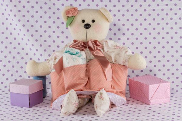 Decoração para quarto de bebê: a ursinha é também um lindo porta-fralda
