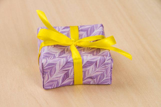 Olha só o capricho dessas caixinhas feitas com origami em tecido