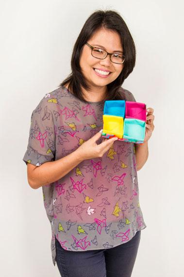 Thaís Kato com a caixa de origami em tecido. Linda, fácil de fazer e muito prática!