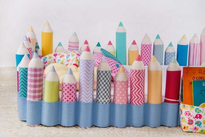 Detalhe da colchão no chão com um protetor de lápis, desenvolvida por Débora. A peça evita que o bebê role do colchão