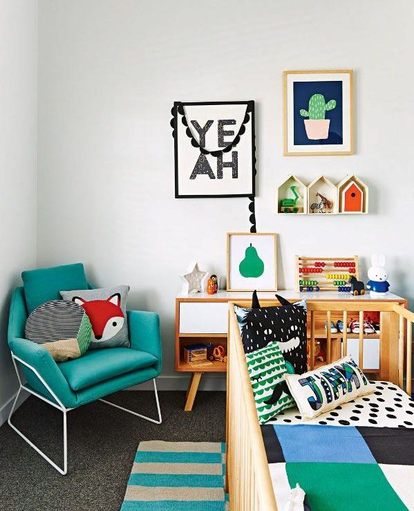 Quarto com decoração com tons da paleta dos animais da floresta. Destaque para a almofada de raposa (crédito da foto: Desire to inspire)