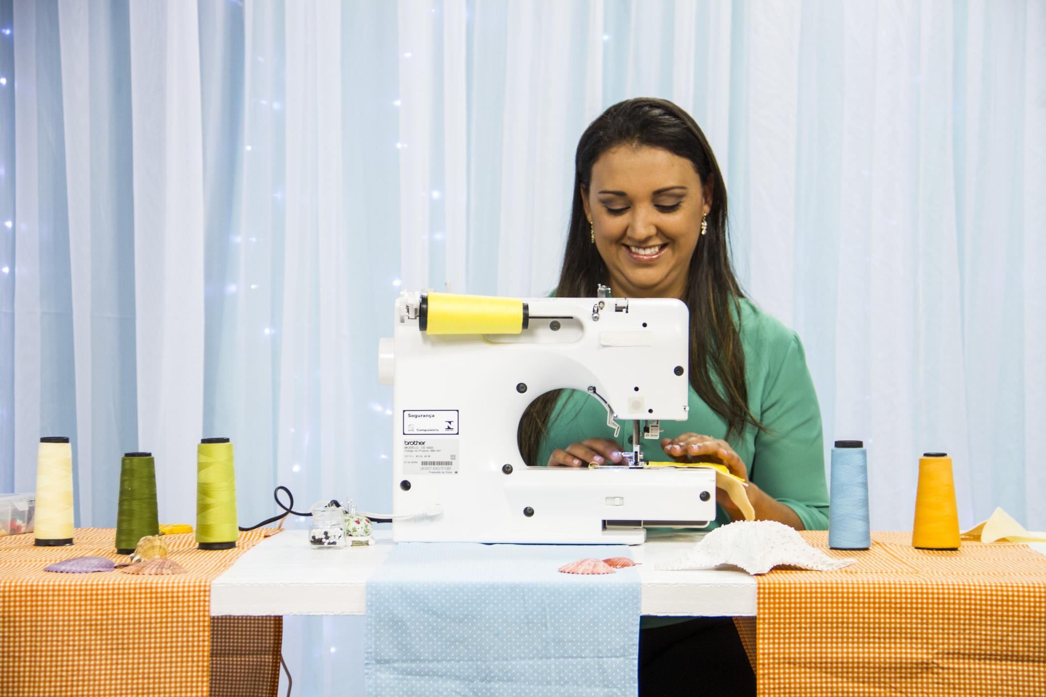 Ana em sua máquina de costura: o artesanato mudou sua vida!