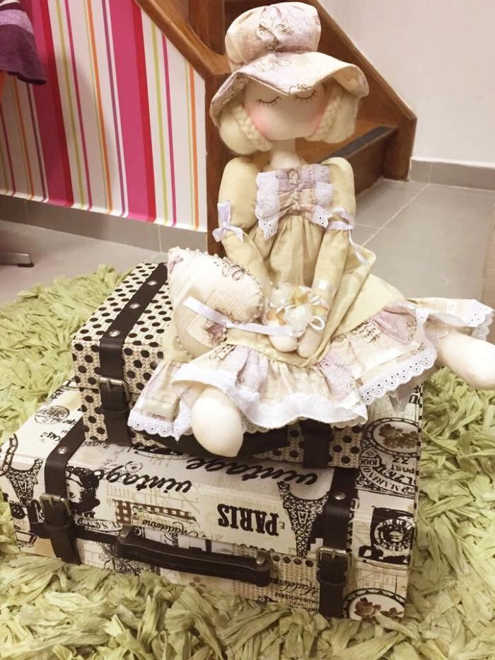 Como todas as artesãs, a Clau também tem queda por bonecas! Não podia faltar uma no seu ateliê (crédito da foto: Claudia Wada)