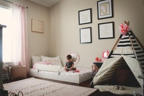 Menina brinca em seu quarto: objetos à mão estimulam desenvolvimento natural da criança (crédito da foto: Coastal Kids Clothing)