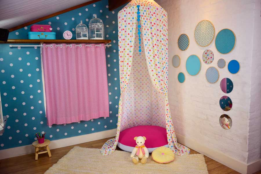 Peças do quarto infantil criadas por Débora: um dossel com almofadão