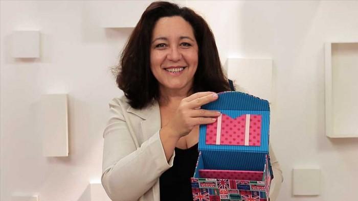 Simone Aguiar segura a caixa em cartonagem passo a passo que ensina nesse vídeo'