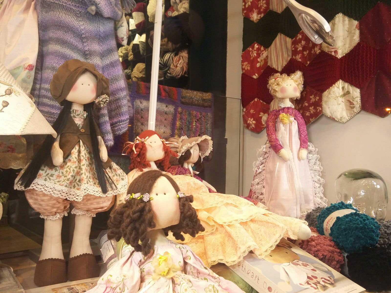 Bonecas enfeitam a vitrine do ateliê de artesanato Oyambre, em Barcelona