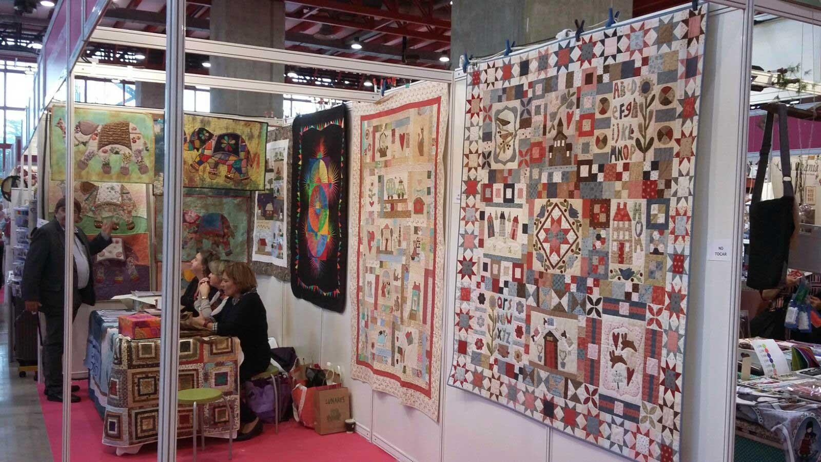 Painéis de patchwork expostos na feira Creativa Madrid