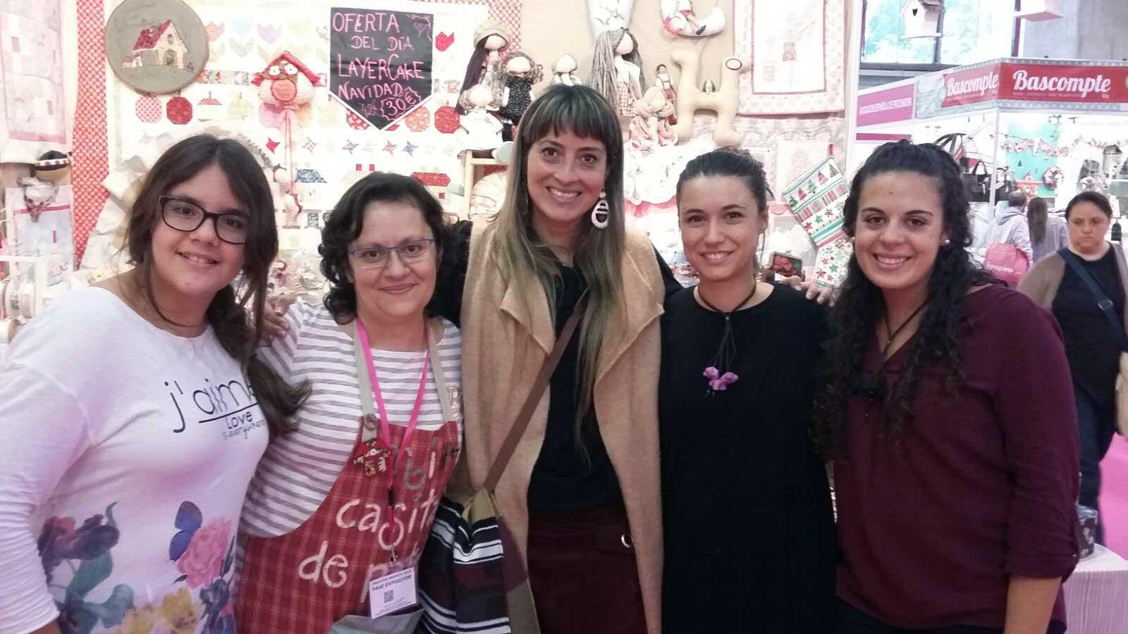 Millyta encontra alunas da eduK na Espanha! Lá no fundo dá para ver as bonecas de Millyta, ensinadas pela artesã em seus cursos