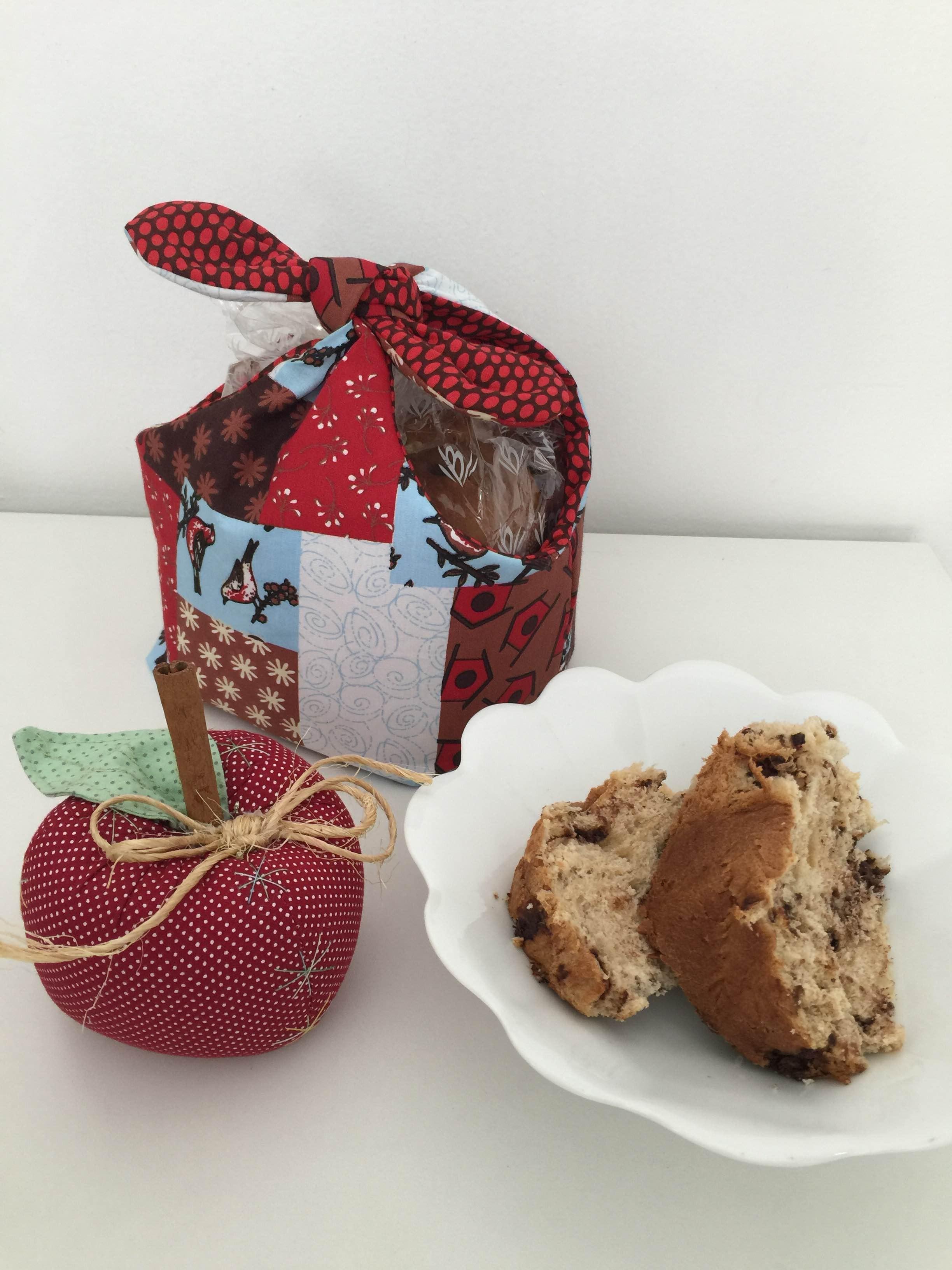 Porta-panetone e maçã em tecido feitos pela Carol Viana. Muito criativos como artesanato de Natal!