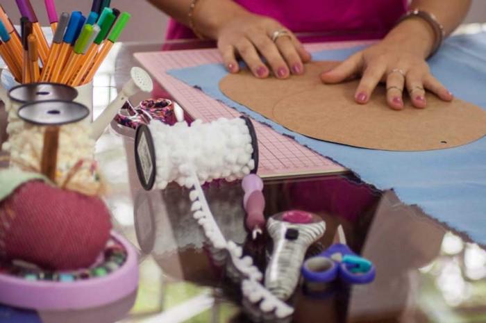 Carol trabalhando nos projetos para os cursos da eduK