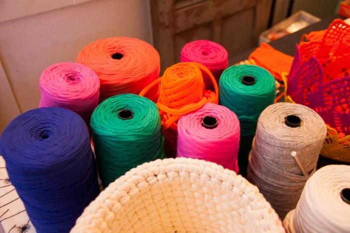 O fio de malha é uma tendência que vai aparecer muito no artesanato neste ano. Quem percebeu isso, já se planejou e estará preparado para a demanda