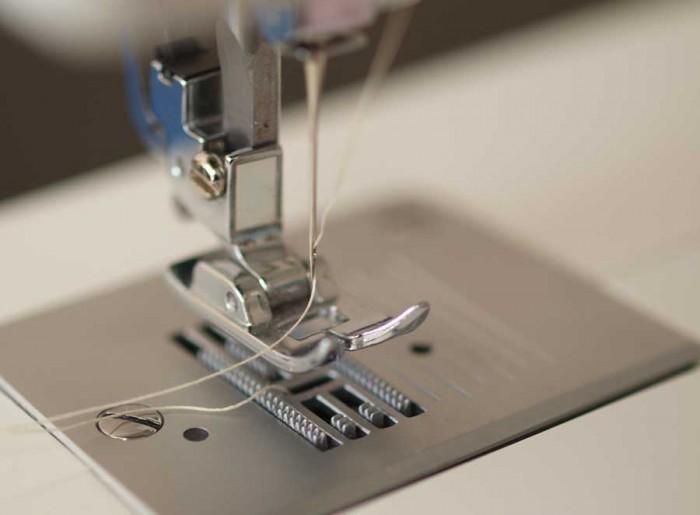 Estrutura básica da máquina de costura: o pé e a agulha (crédito da foto: Wolfgang Lonien)